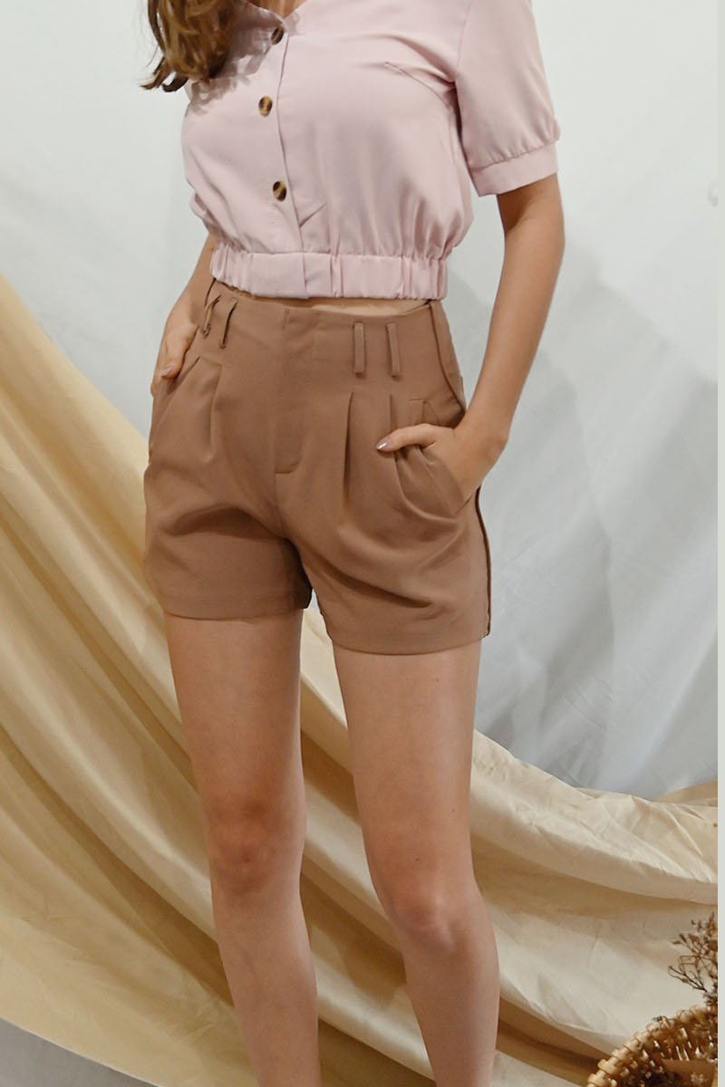 Sohvi High-Waisted Pleated Shorts Caramel